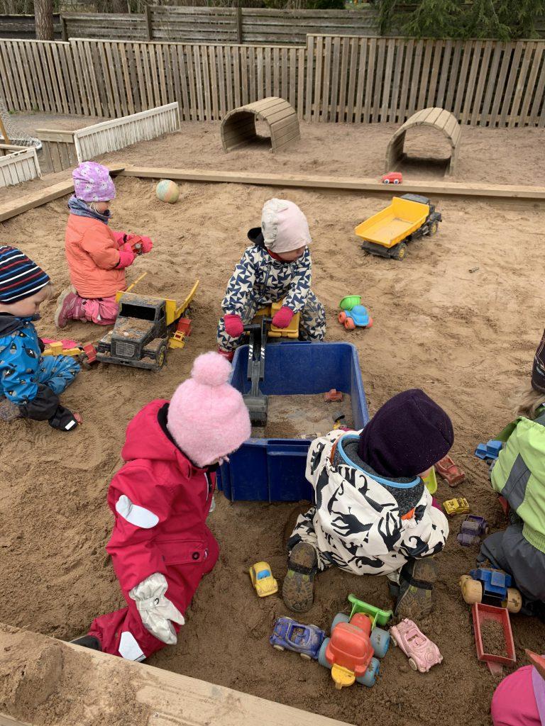 barn som läker i sandlådan