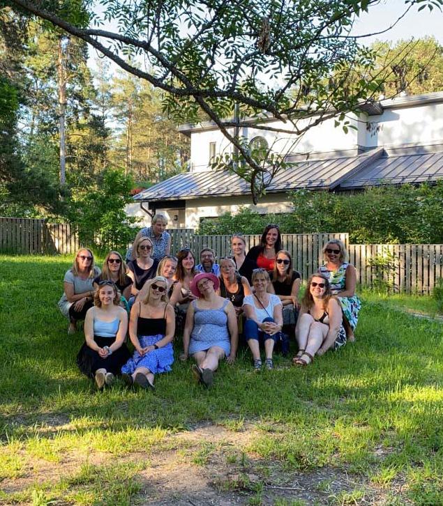 Villa Solaris understödsföreningen sitter på gräset